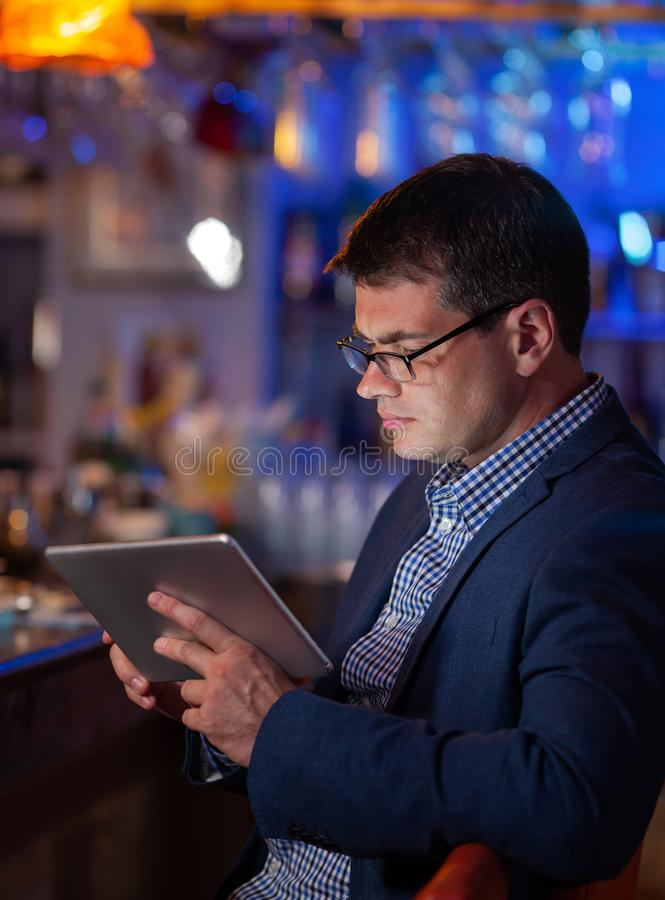 Hij kan niet vanaf zijn baan zelfs in de bar krijgen stock foto's