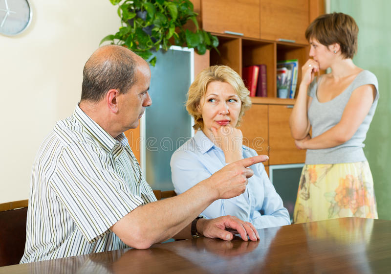 Download Hija Adulta Que Habla Con Los Padres Imagen de archivo - Imagen de hombres, lifestyle: 42433541