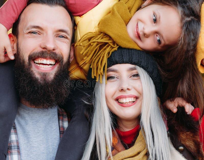 Hija alegre de los padres del ocio al aire libre de la familia fotografía de archivo