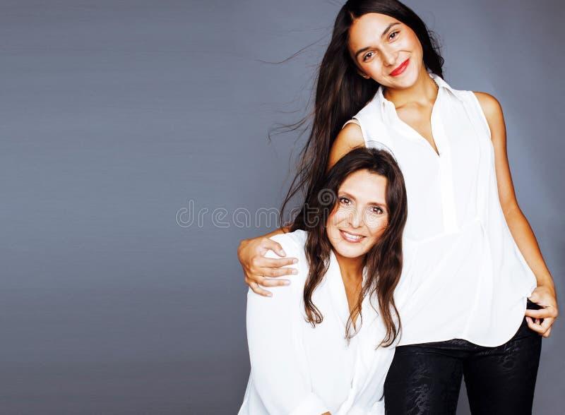 Hija bastante adolescente linda con la madre madura que abraza, st de la moda foto de archivo libre de regalías