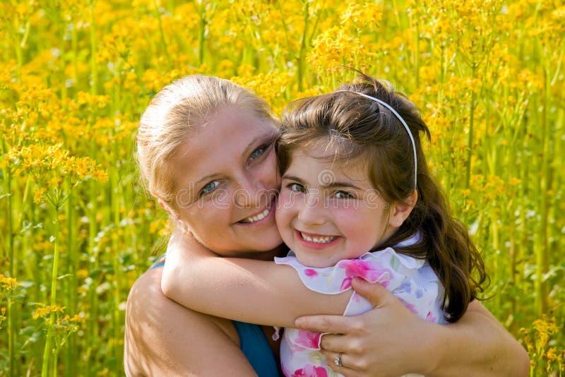 Hija de la madre en un campo imagenes de archivo