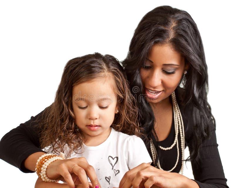 Hija de la tutoría de la madre foto de archivo