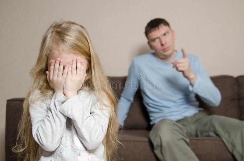 Hija de Shouting At Young del padre fotos de archivo