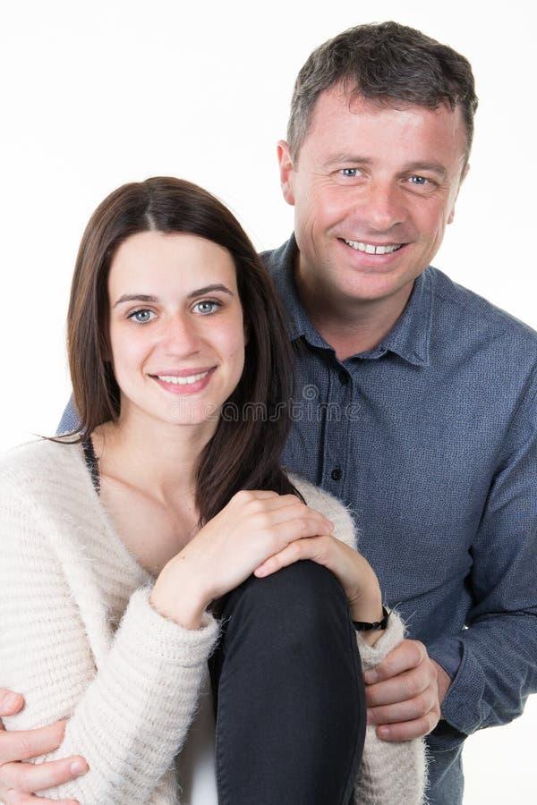 hija europea y padre del adolescente de la familia aislados en el fondo blanco foto de archivo