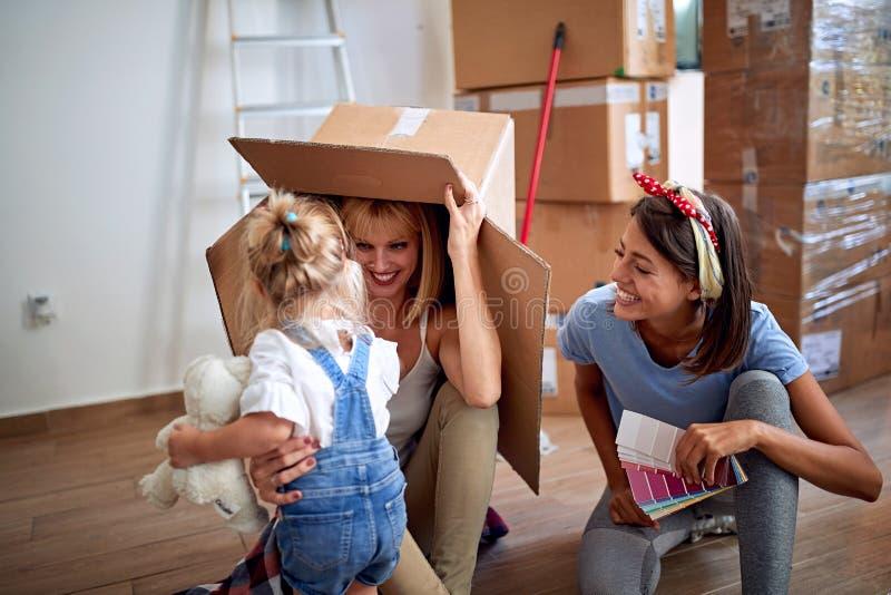 Hija feliz y madres gay en nuevo domicilio familiar fotos de archivo