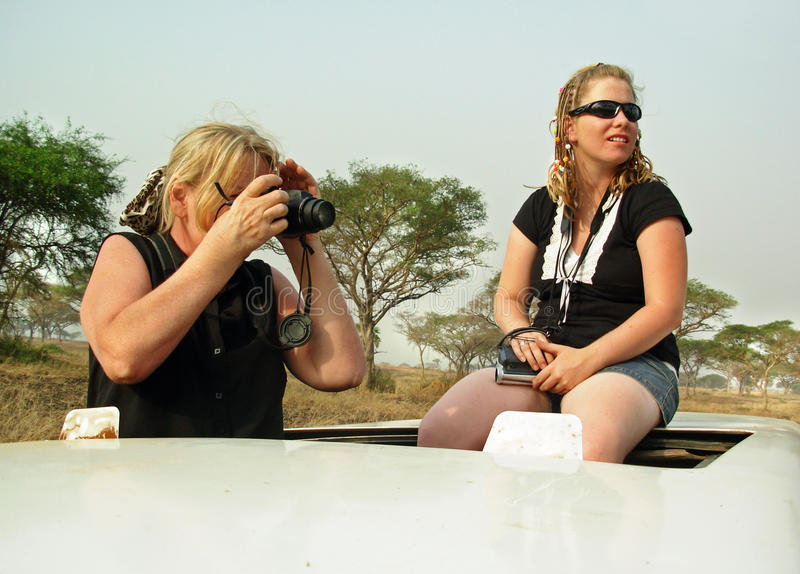 Hija madura de la mujer y del adulto en el safari África imagen de archivo