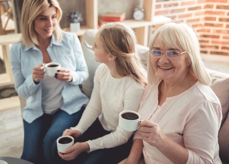 Hija, mamá y abuelita imagenes de archivo