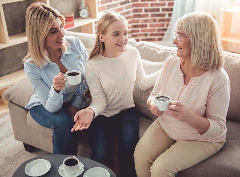 Hija, mamá y abuelita imagen de archivo