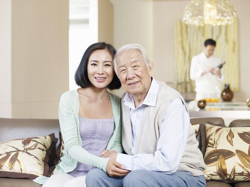 Hija mayor del padre y del adulto imagenes de archivo