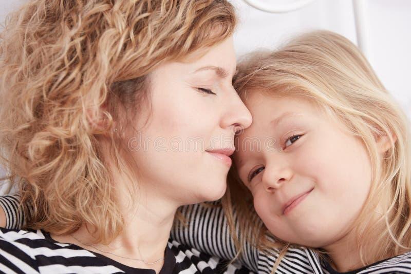Hija que abraza a su mamá fotografía de archivo libre de regalías