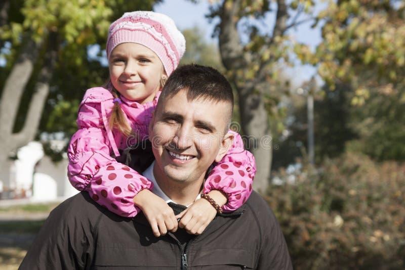 Hija que abraza a su padre fotos de archivo