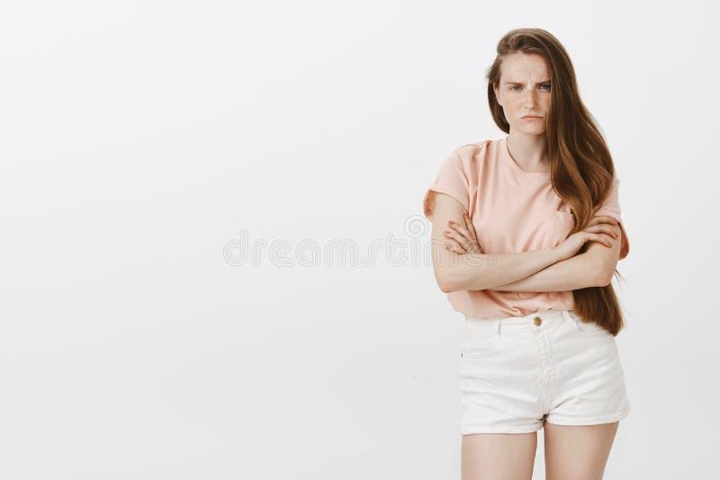 Hija que está enojada en el papá que olvida su b-día Retrato de la hembra linda decepcionada ofendida con las pecas y largo imagen de archivo
