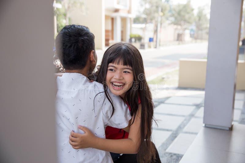 Hija que funciona con y que abraza al pap? imagenes de archivo
