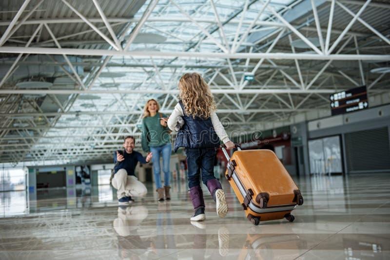Hija que se apresura a los padres después del vuelo fotos de archivo libres de regalías