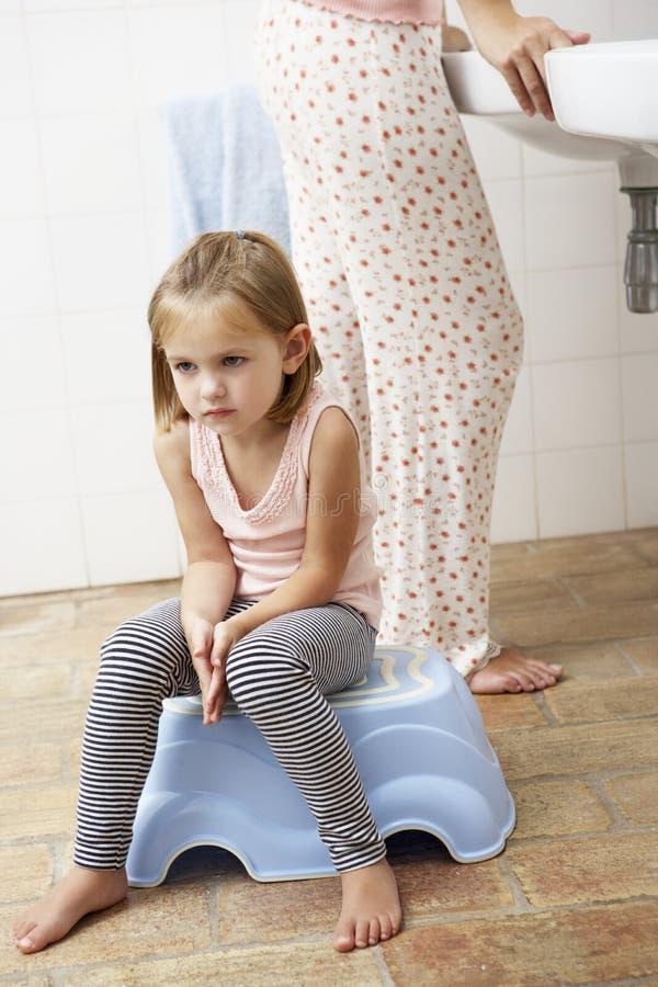 Hija reacia cepillar los dientes con la madre fotos de archivo libres de regalías