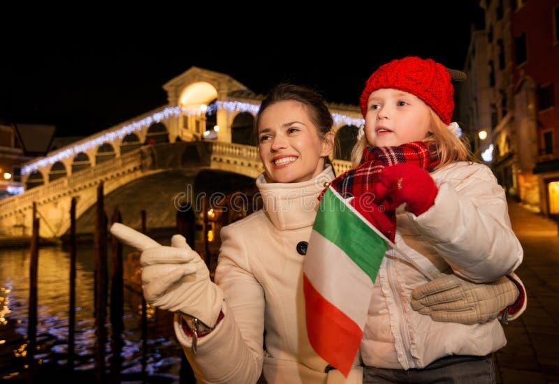 Hija y madre con la bandera italiana en la Navidad Venecia, Italia imagen de archivo libre de regalías
