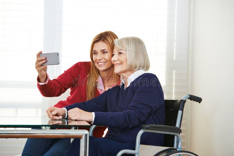 Hija y madre mayor que toman el selfie fotografía de archivo libre de regalías
