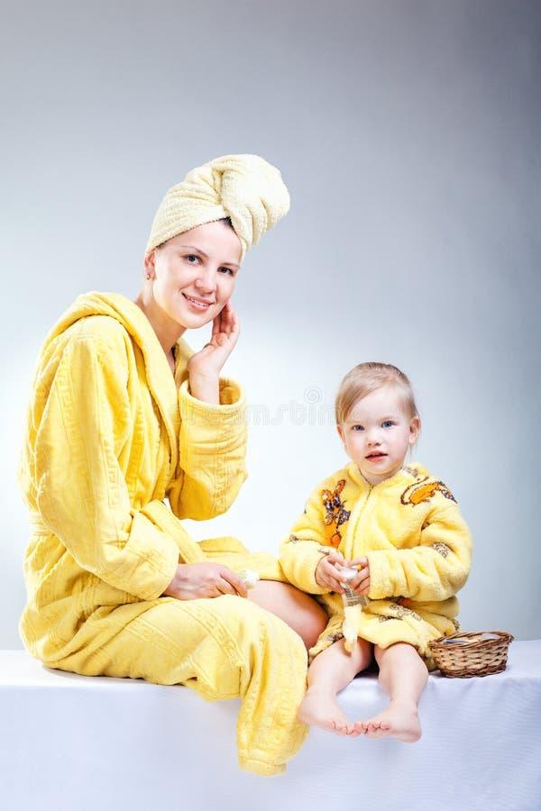 Hija y madre que ponen maquillaje imagen de archivo libre de regalías
