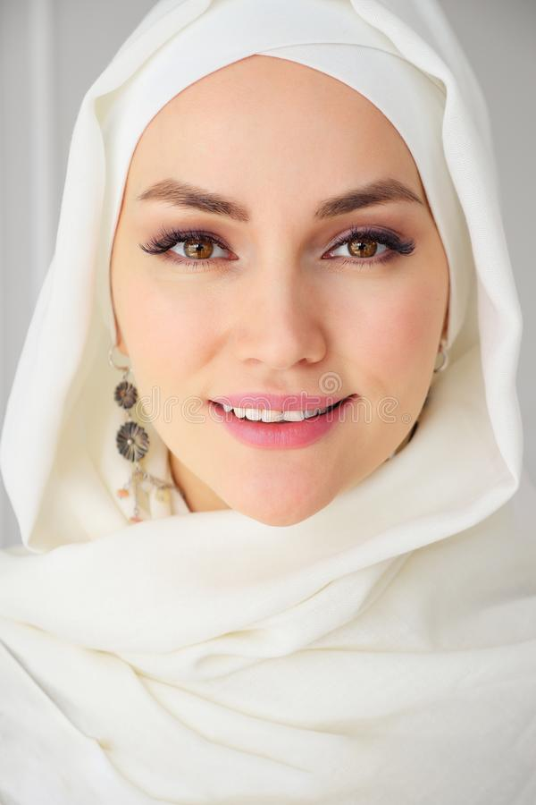 hijab的微笑和看照相机的回教妇女画象特写镜头  图库摄影