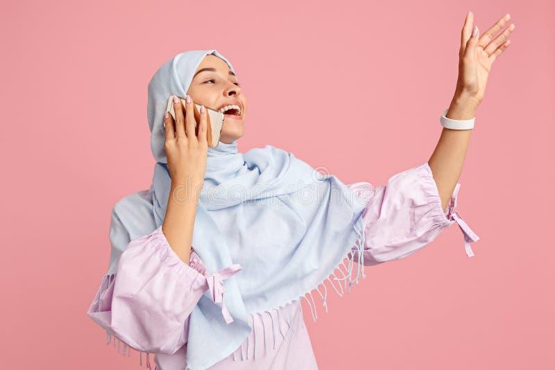hijab的愉快的阿拉伯妇女 微笑的女孩画象,摆在演播室背景 库存图片