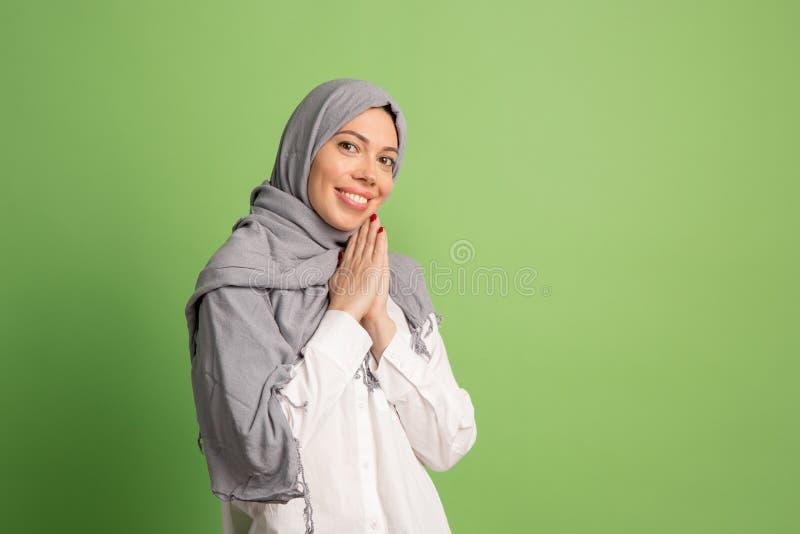 hijab的愉快的阿拉伯妇女 微笑的女孩画象,摆在演播室背景 免版税库存照片