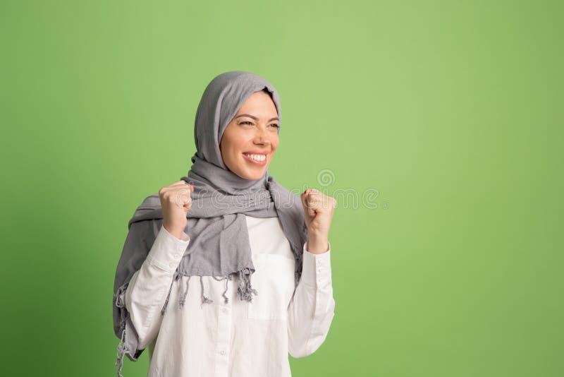 hijab的愉快的阿拉伯妇女 微笑的女孩画象,摆在演播室背景 免版税库存图片