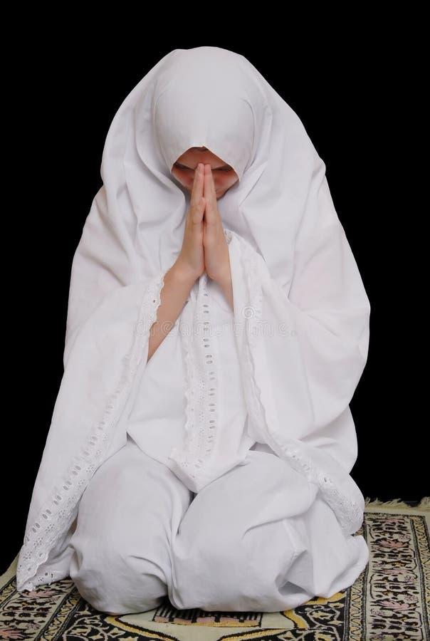 hijab девушки исламское молит нося детенышей стоковая фотография