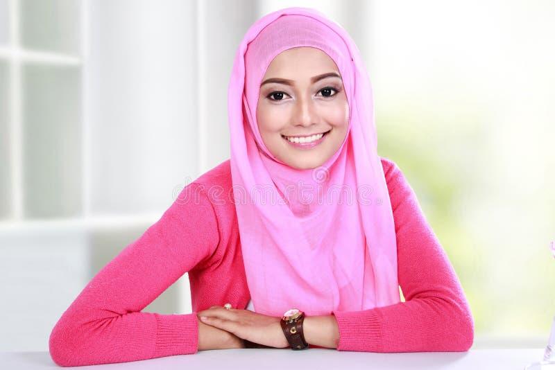 Hijab молодой женщины нося стоковое изображение rf