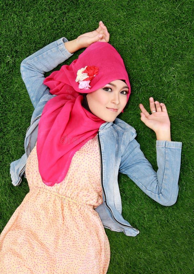 Download Hijab мусульманской девушки нося лежа на траве Стоковое Фото - изображение насчитывающей привлекательностей, смотреть: 37928720