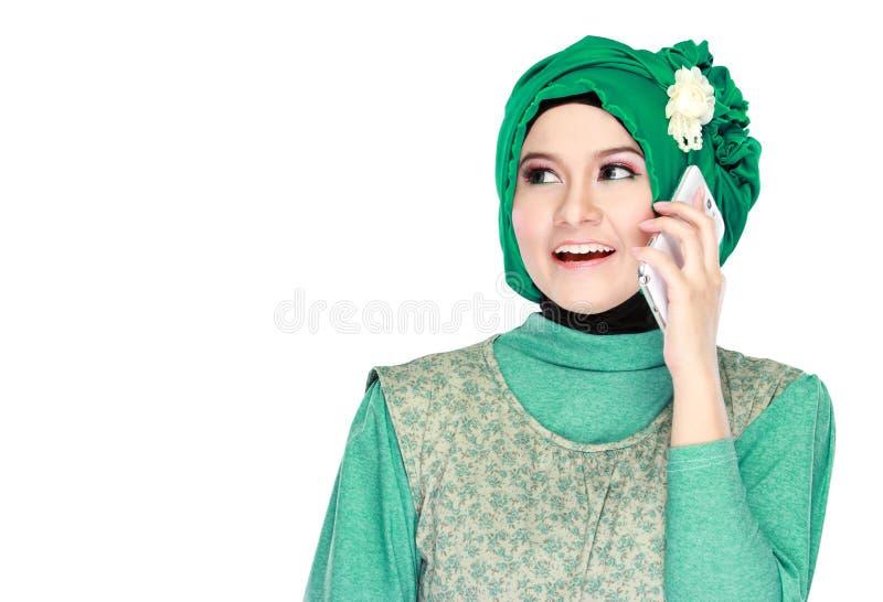 Download Hijab мусульманской девушки нося сидя на траве Стоковое Изображение - изображение насчитывающей жизнерадостно, green: 37928731