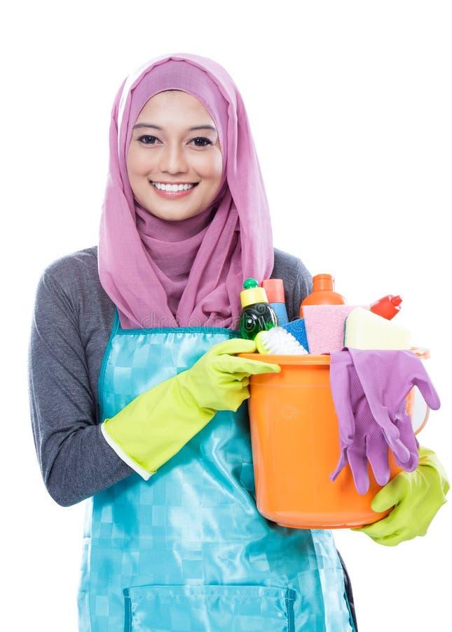 Hijab домохозяйки нося держа ведро полный поставек чистки стоковая фотография