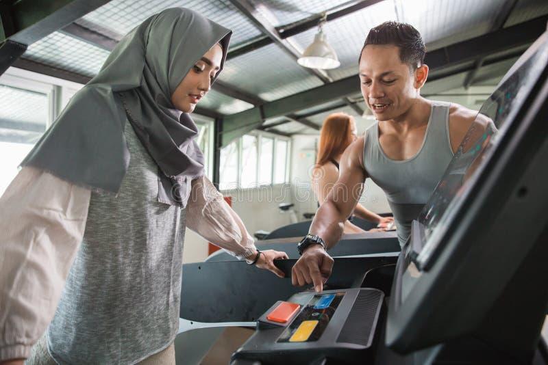 Hijab asiático das mulheres corrido na escada rolante imagens de stock royalty free