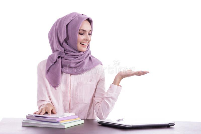 Hijab d'uso del bello studente di college che presenta lo spazio della copia immagini stock libere da diritti
