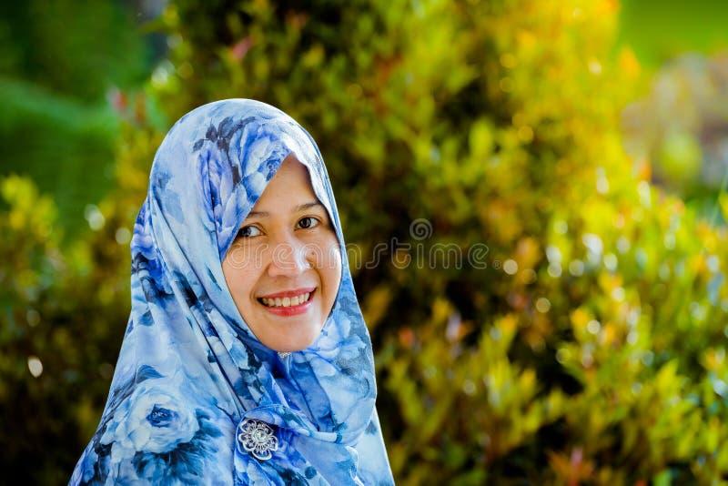 Hijab d'uso del modello musulmano indonesiano immagine stock libera da diritti
