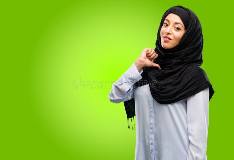 Hijab d'uso della giovane donna araba isolato sopra fondo verde fotografie stock libere da diritti