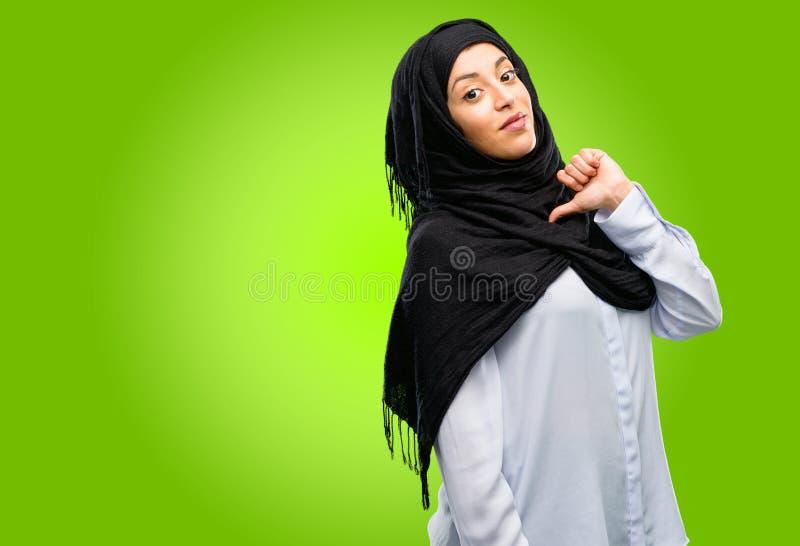 Hijab d'uso della giovane donna araba isolato sopra fondo verde fotografia stock libera da diritti
