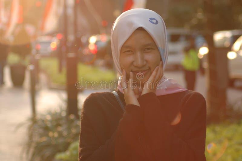 Hijab de port de belle fille photo stock