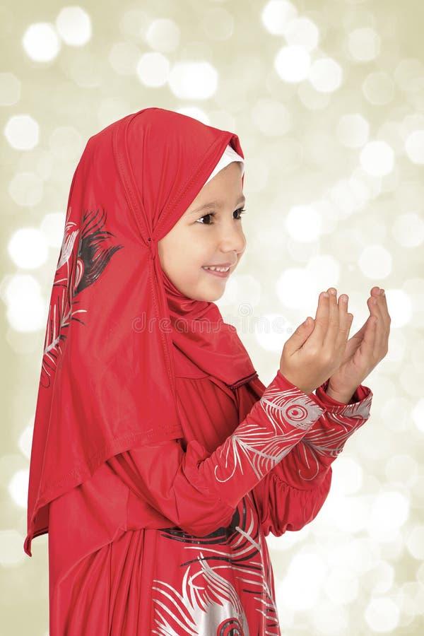 Hijab de port de petite fille musulmane mignonne - fabrication du duaa priant à photo stock