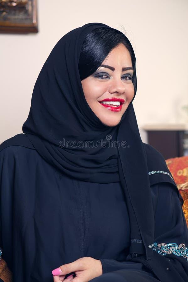 Hijab desgastando da senhora árabe bonita fotos de stock
