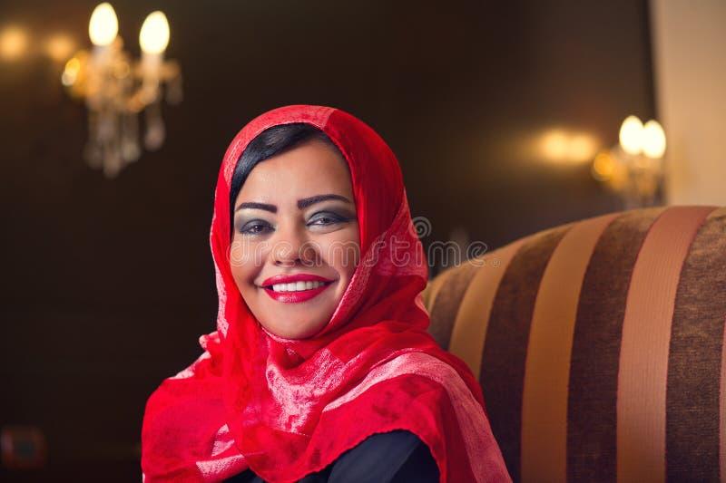 Hijab desgastando da senhora árabe elegante no estilo foto de stock
