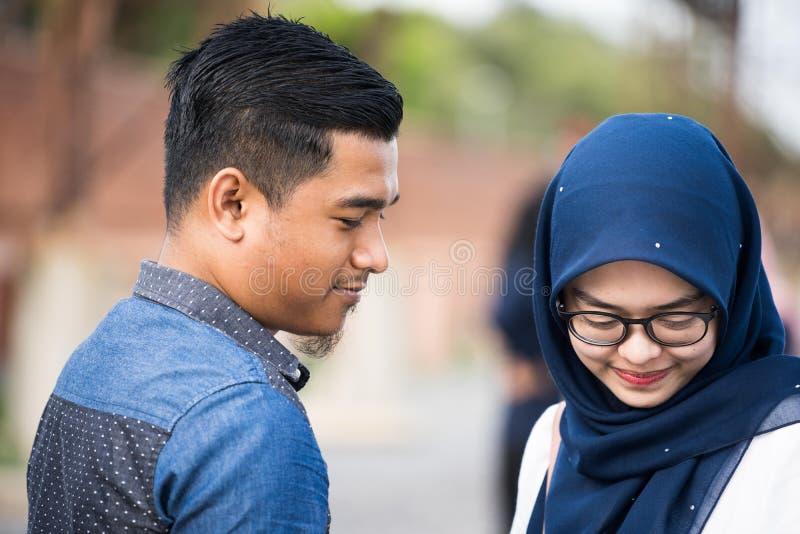 Hijab dziewczyna relaksuje na nadmorski obrazy royalty free