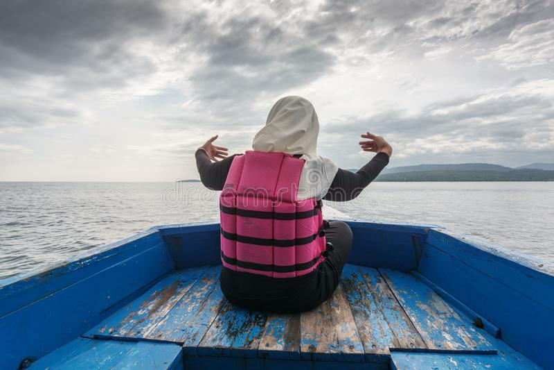 Hijab dziewczyna w łodzi Menjangan wyspa obraz stock