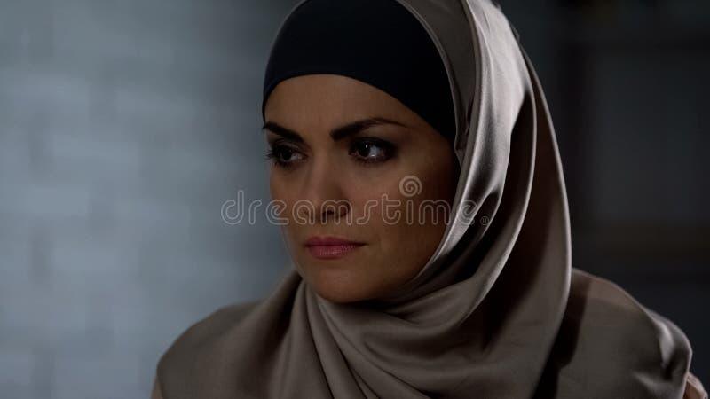 感觉的hijab的不快乐的女性被伤害的,哀伤的眼睛泪花,消沉,绝望 库存照片