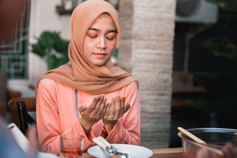 Hijab kobiety one modlą się wpólnie przed posiłkami obrazy stock