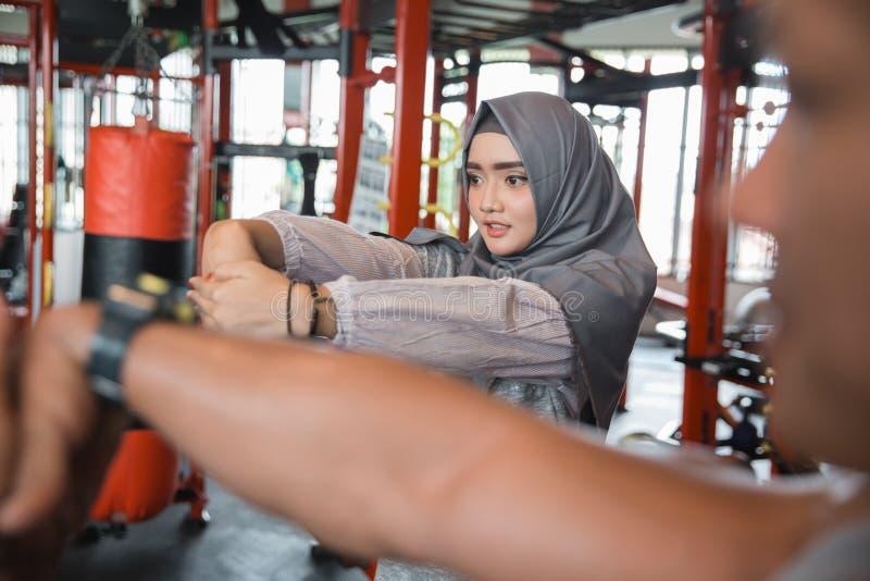 Hijab muçulmano da mulher da aptidão nova asiática que streching imagem de stock royalty free