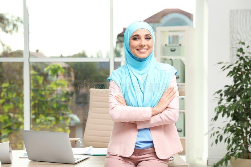 Hijab que lleva de la empresaria musulmán moderna fotos de archivo