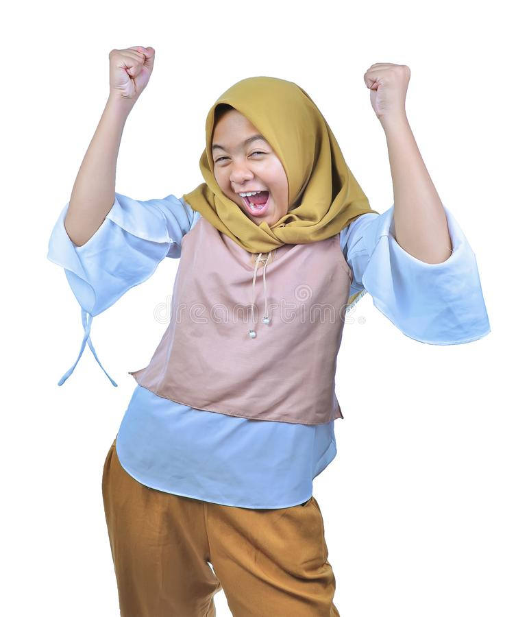 Hijab que lleva de la mujer asiática feliz y victoria de celebración emocionada que expresa éxito grande, poder, energía y emocio imagenes de archivo