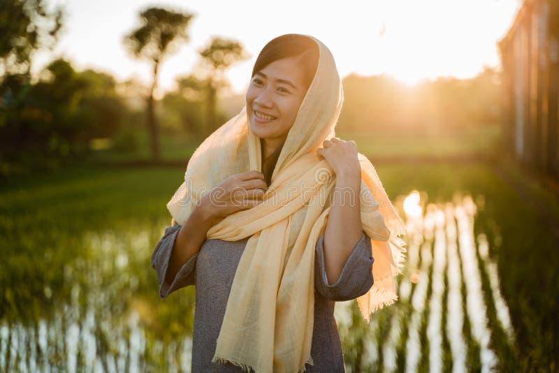 Hijab que lleva de la mujer asi?tica joven imágenes de archivo libres de regalías