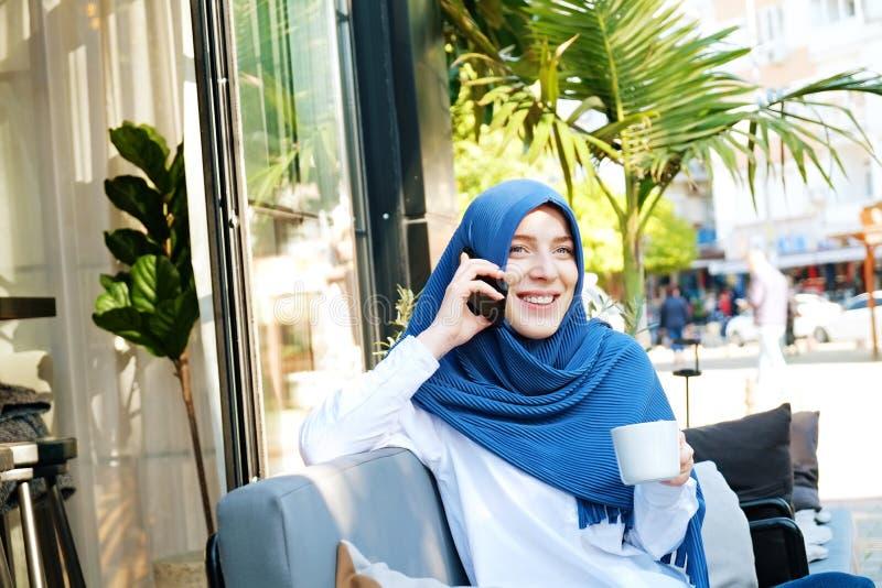Hijab que lleva observado azul joven de la mujer musulm?n fotos de archivo