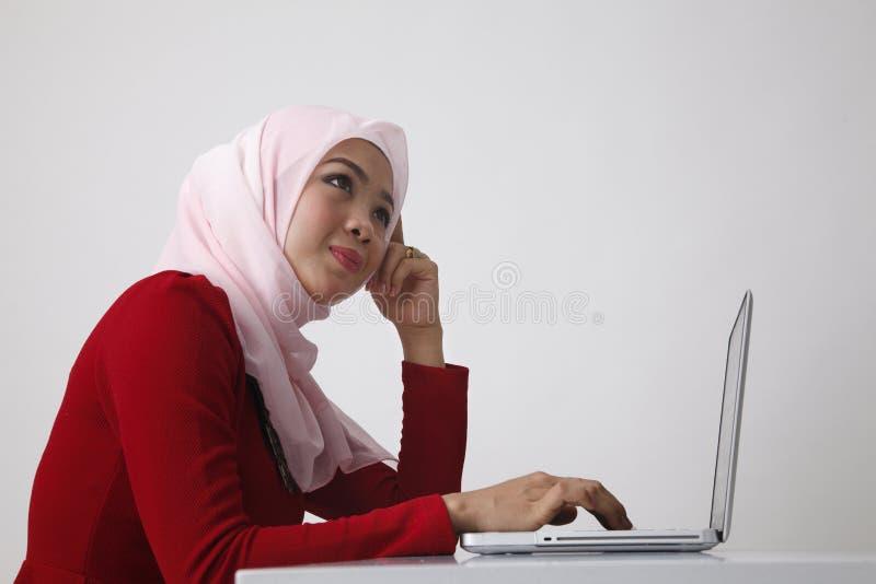 Hijab utilisant l'ordinateur portable image libre de droits